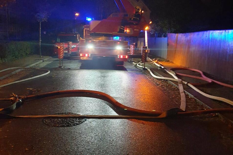 Die Feuerwehren aus ganz Radebeul und Reichenberg waren an der Trachauer Straße im Einsatz.