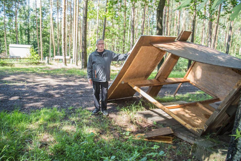 Umgeworfen ist der Unterstand in dem der DJ zum Abfischen am letzten Oktoberwochenende seine Musik spielt. Die Dachlatten fand Kittner einige Hundert Meter entfernt im Wald.