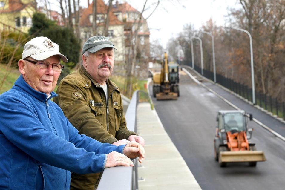 Joachim Gerstberger und Siegfried Kerber (r.) sind froh, dass die Bergstraße endlich fertig ist und für den Verkehr wieder geöffnet wird.