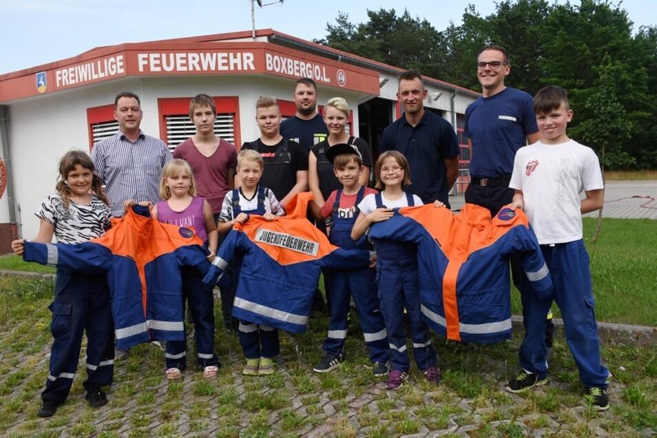 Boxbergs Ortsvorsteher Claudius Urban (links) überreichte am Mittwochabend vor dem Feuerwehr-Gerätehaus die neuen Jacken für die Jugendfeuerwehr. Darüber freute sich unter anderem auch Felix Werner (r.), der stellvertretende Wehrleiter.