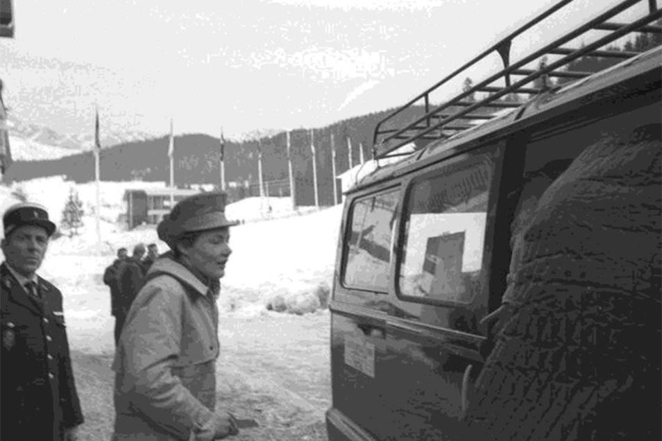 Nach der Anhörung am 14. Februar verlässt die Oberwiesenthalerin Enderlein das Verbandshotel.