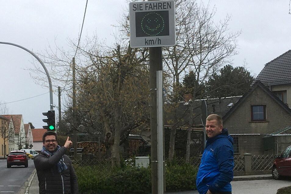 Bürgermeister René Venus (r.) und Henry Börnicke von Amazon am neuen mobilen Geschwindigkeitsdisplay, hier noch an der Kita Lampertswalde.