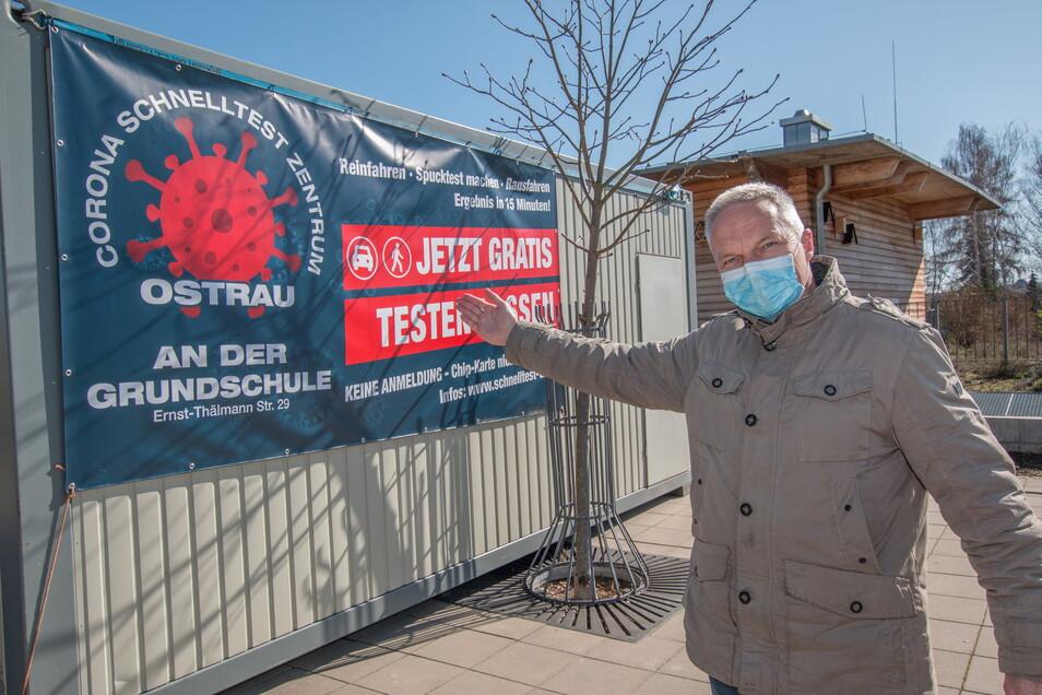 Der Container für das Testzentrum an der Grundschule Ostrau wurde am Wochenende aufgestellt. Darüber freut sich auch Bürgermeister Dirk Schilling. Sobald die Genehmigung da ist, kann es losgehen.