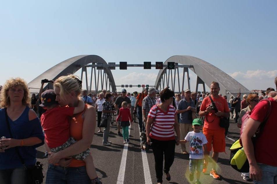 Für zwei Tage ist die Waldschlößchenbrücke in fester Hand von Fußgängern. Bevor ab Montag Autos drüber fahren dürfen, kann das Bauwerk bis in die kleinsten Winkel von Besuchen beäugt werden.