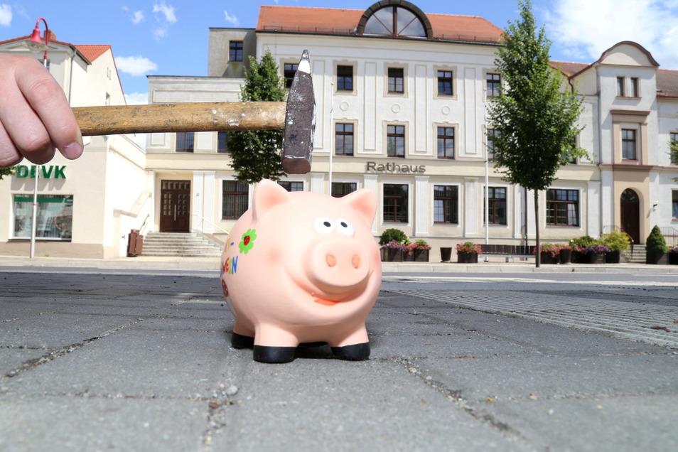 Das Geld doch lieber ins Sparschwein stecken statt auf die Bank schaffen? Nicht nur im Nieskyer Rathaus sind Negativzinsen für hohe Guthaben ein Thema.