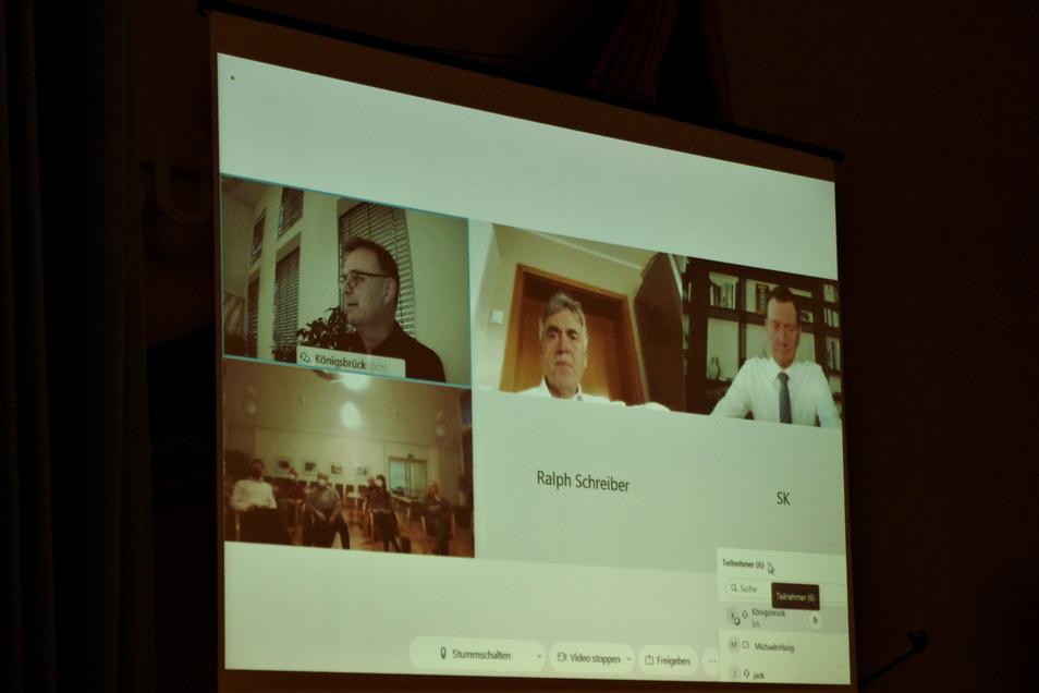 Per Videokonferenz waren Sachsens Ministerpräsident Michael Kretschmer (r.) und Bautzens Landrat Michael Harig (M.) in den Ratssaal von Königsbrück zugeschalten. Bürgermeister Heiko Driesnack (l.) äußert seine Sorgen.