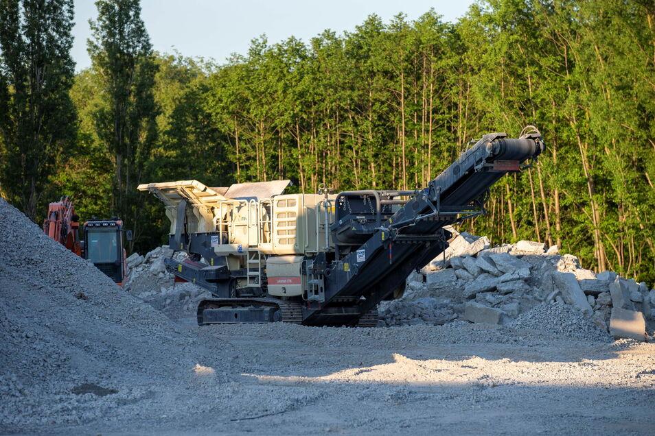 In Kesselsdorf betreibt ein Bauunternehmen diesen Recyclingplatz. Die Behörden prüfen nun, ob Genehmigungen umgangen wurden.