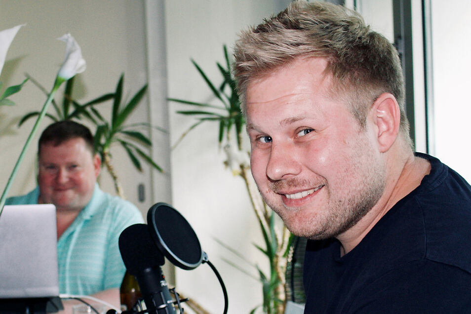 Patrick Mai aus Hoyerswerda mit seinem Mikrofonpartner Felix – Lausitzer und Berliner Humor sind bei den Podcasts am Freitag immer garantiert.