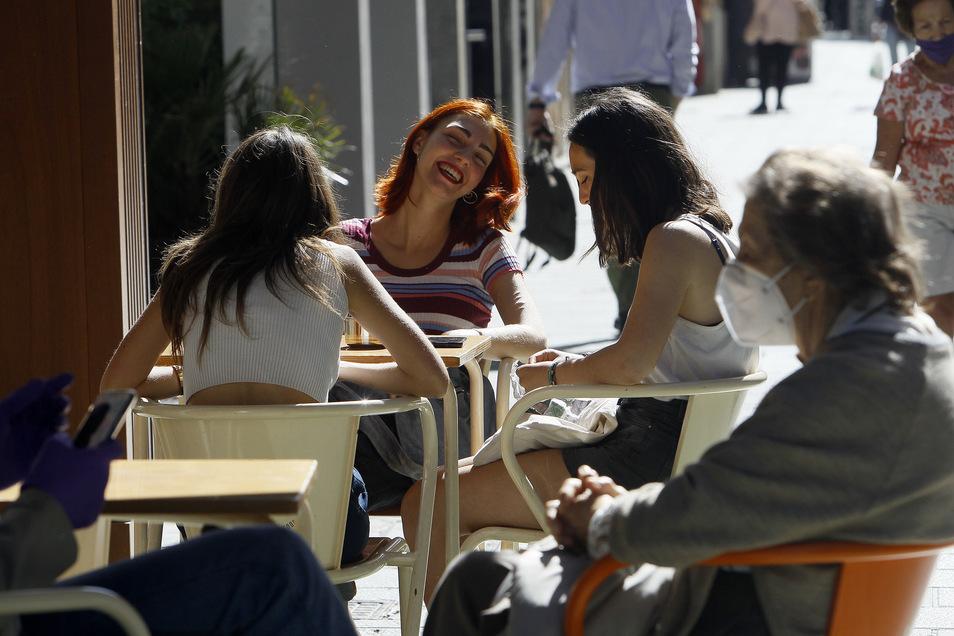 Nach Wochen des Lockdown können die Spanier seit Kurzem auch wieder in Cafés sitzen.
