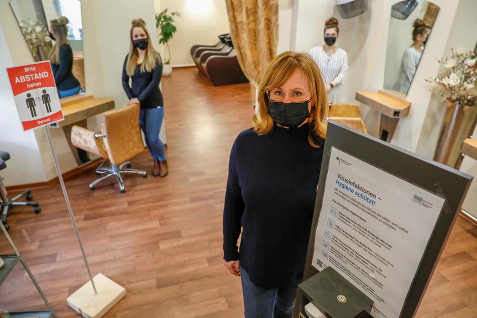 """Andrea Hensel musste für die Wiedereröffnung ihrer """"Haargalerie Hensel"""" in Löbau zahlreiche Hygiene-Regeln erfüllen."""