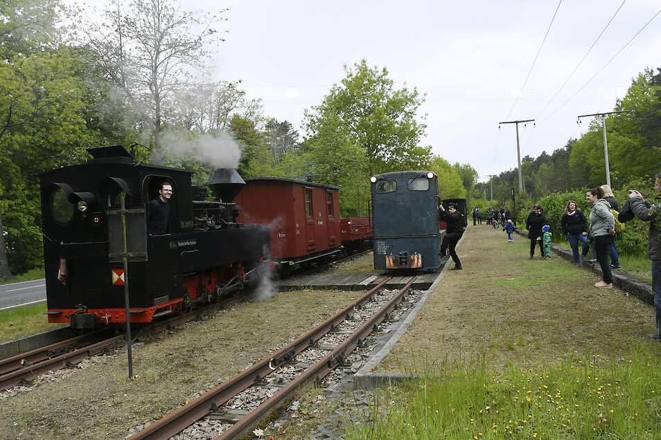 Wie hier in Weißwasser Ost erwarteten zahlreiche Neugierige, die auch aus anderen Bundesländern angereist waren, die Züge auf ihren zwei Fahrten nach Bad Muskau.