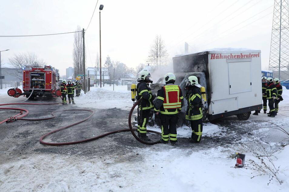 In Coswig brannte am Mittwochmorgen eine Hähnchenbraterei. Die Naundorfer Straße musste wegen der Löscharbeiten gesperrt werden.