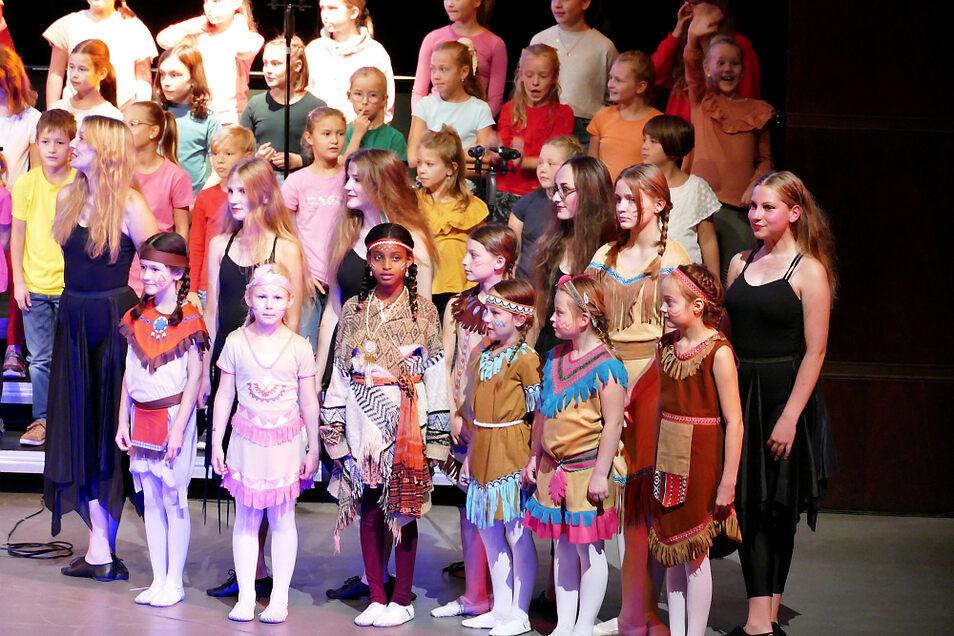"""Beim Finale von """"Felicitas Kunterbunt"""" standen die Darsteller """"aus allen Erdteilen"""" gemeinsam mit Musikern und Sängern auf der Bühne der Hoyerswerdaer Lausitzhalle. Es gab viel verdienten Applaus für die Mitwirkenden."""