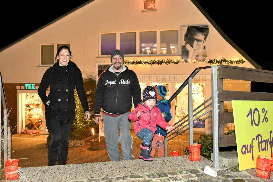 Janette und Morris Kluth ließen sich die Laune nicht verderben und bummelten mit ihren Kindern Lilly und Jamie durch die Straßen.