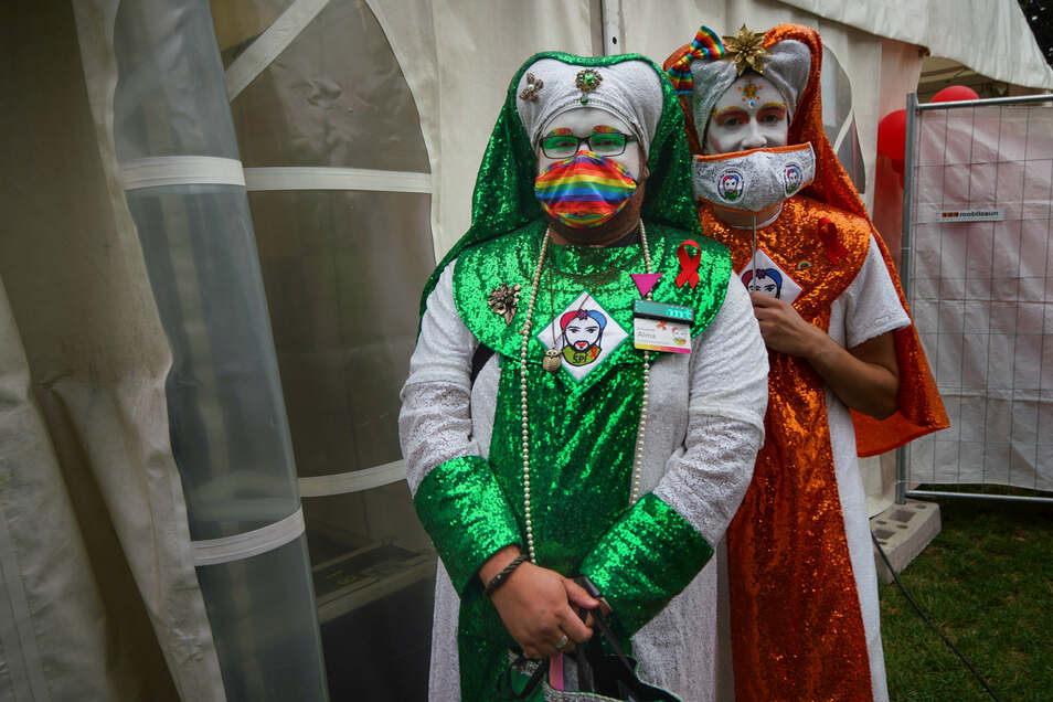 CSD-Kundgebung im Dresdner Alaunpark: Bunte Kostüme gegen das graue Wetter