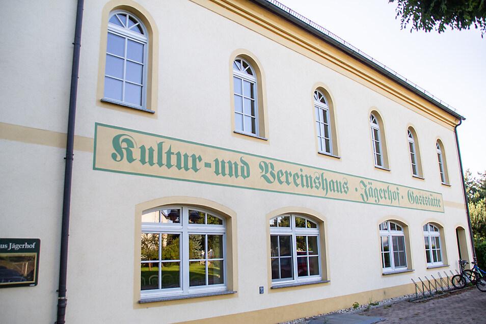 """In den Saal (Fensterreihe oben) des Kultur- und Vereinshauses """"Jägerhof"""" in Wiednitz wird die Kita """"Fuchs und Elster"""" während der Zeit, in der die Sanierung der Einrichtung erfolgt, einziehen."""