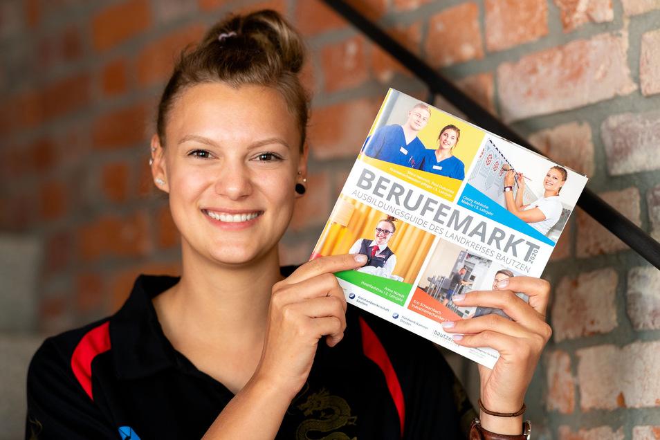 Conny Kohlsche in echt und rechts oben auf dem Titelblatt. Die junge Malerin zeigt die neue Broschüre Berufemarkt, die über Ausbildungsmöglichkeiten in der Region informiert.
