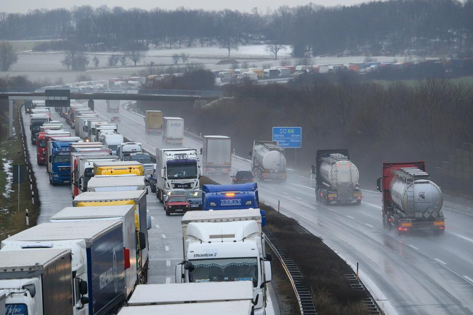 Der Verkehr staut sich auf der Autobahn 4 bei Bautzen in Richtung Dresden. F