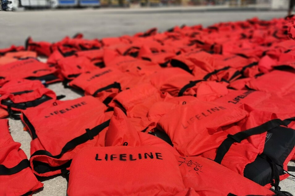 """Die Rettungswesten der 104 Migranten an Bord der """"Eleonore"""" liegen zum Trocknen auf der Pier im sizilianischen Hafen von Pozzallo."""