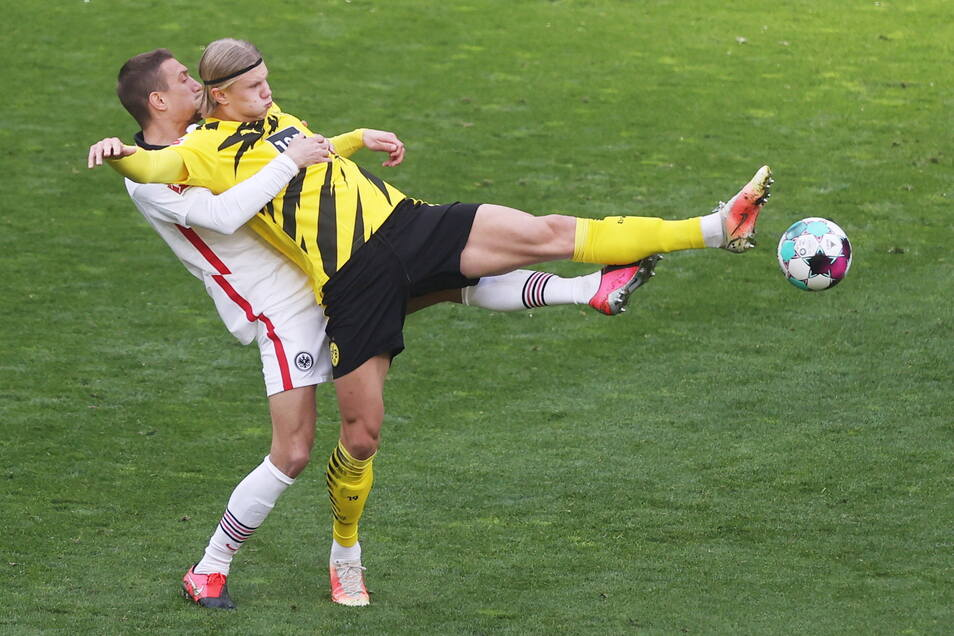 Die Haltungsnoten stimmen bei beiden Teams, hier Dortmunds Stürmer Erling Haaland mit Frankfurts Mittelfeldspieler Stefan Ilsanker. Am Ende freuen können sich aber nur die Frankfurter.