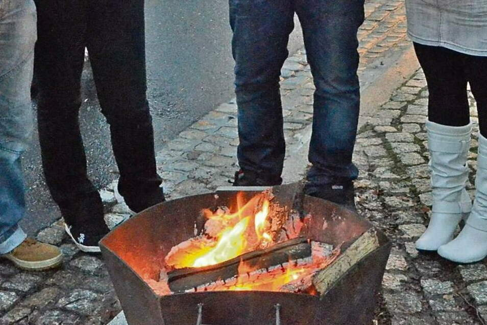 Als Familien an wärmenden Feuerschalen im eigenen Grundstück stehen und live gespielter Weihnachtsmusik lauschen – dies war in Krauschwitz möglich.