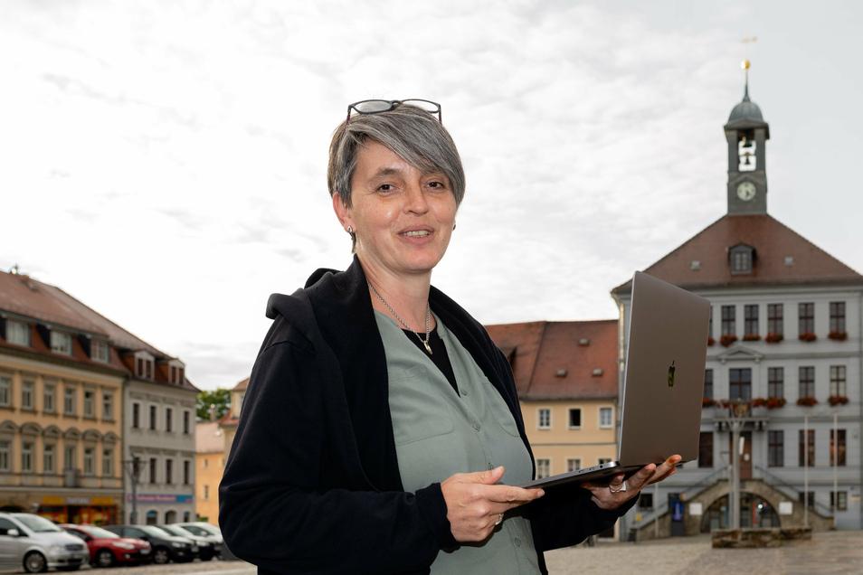 Katrin Schiller steht auf dem Altmarkt in Bischofswerda. Sie ist eine der Corona-Helferinnen, bei der sich die Stadtverwaltung jetzt bedanken möchte.