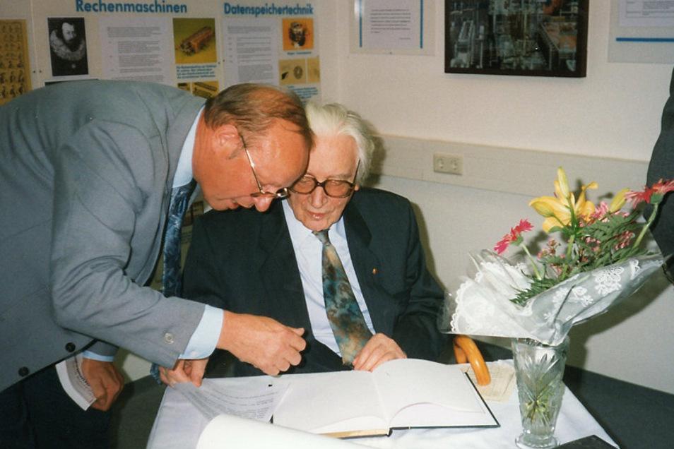 Konrad Zuse (rechts) trägt sich am 19. September 1995 ins Gästebuch der Computerausstellung im Lautech-Gebäude ein.