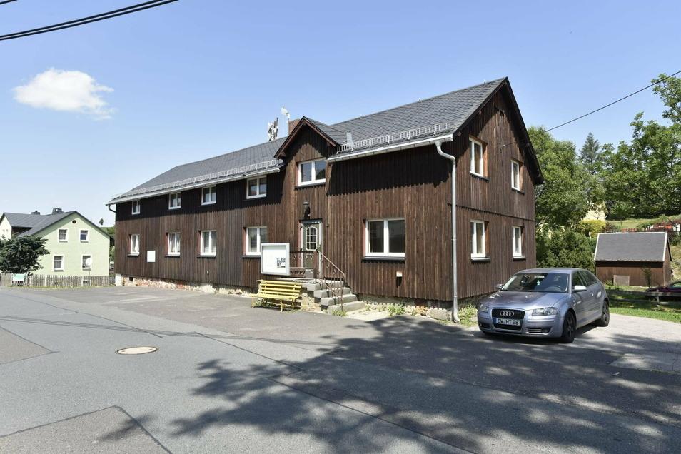 Das Dorfgemeinschaftshaus im Dippser Ortsteil Hennersdorf gehört der Stadt. Aber ob sie es auch halten will, ist offen Die Hennersdorfer wollen eine klare Aussage.