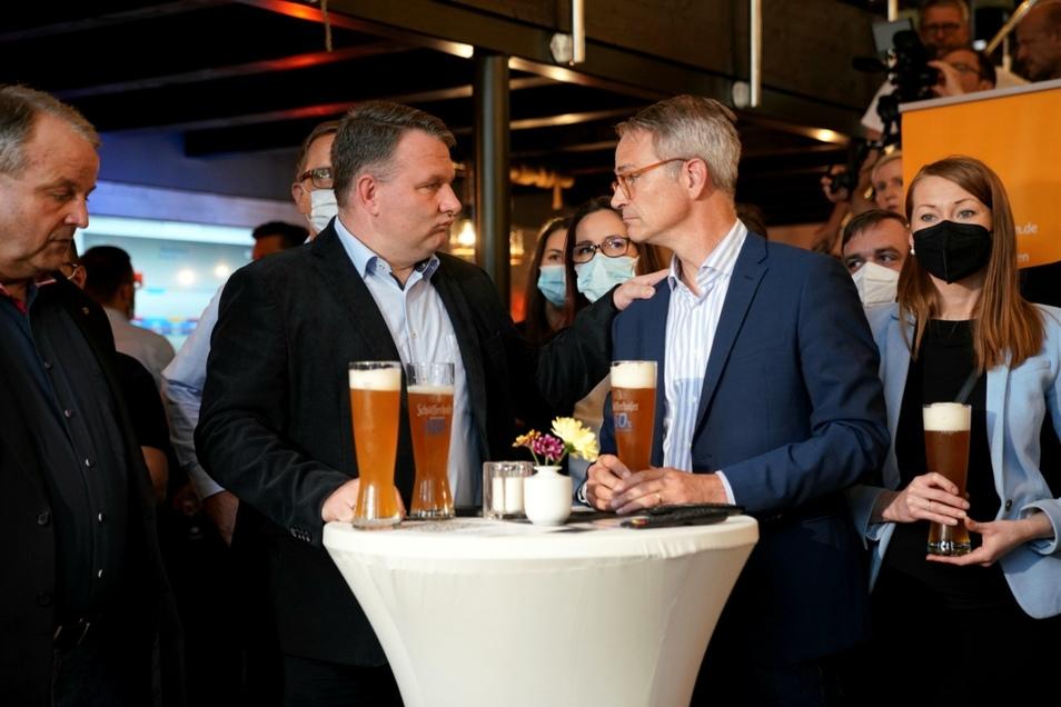 CDU-Fraktionsvorsitzender Christian Hartmann (links) und Dresdner Direktkandidat Markus Reichel (rechts) bei der ersten Hochrechnung.