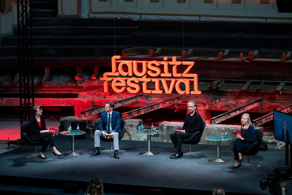 Pressekonferenz zum Lausitz-Festival 2021 in der Stadthalle mit Sarah Alberti, Ministerpräsident Michael Kretschmer, Intendant Daniel Kühnel und Maria Schulz vom Görlitzer Kulturservice (v.l.n.r.).