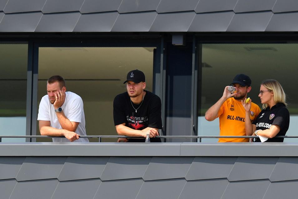 Ein paar Zuschauer hatte das Spiel doch: Die verletzten Sebastian Mai, Kevin Ehlers, Justin Löwe und die Teammanagerin Marie Jenhardt schauen von der Terrasse des Trainingszentrums zu.