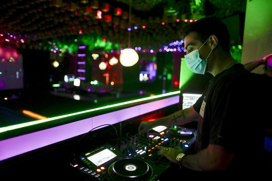 Die Besitzer von Clubs, Kinos, Eventagenturen, Cateringfirmen, DJs, selbstständige Musiker und viele andere Soloselbstständige sollen Hilfen zum Unterhalt bekommen.