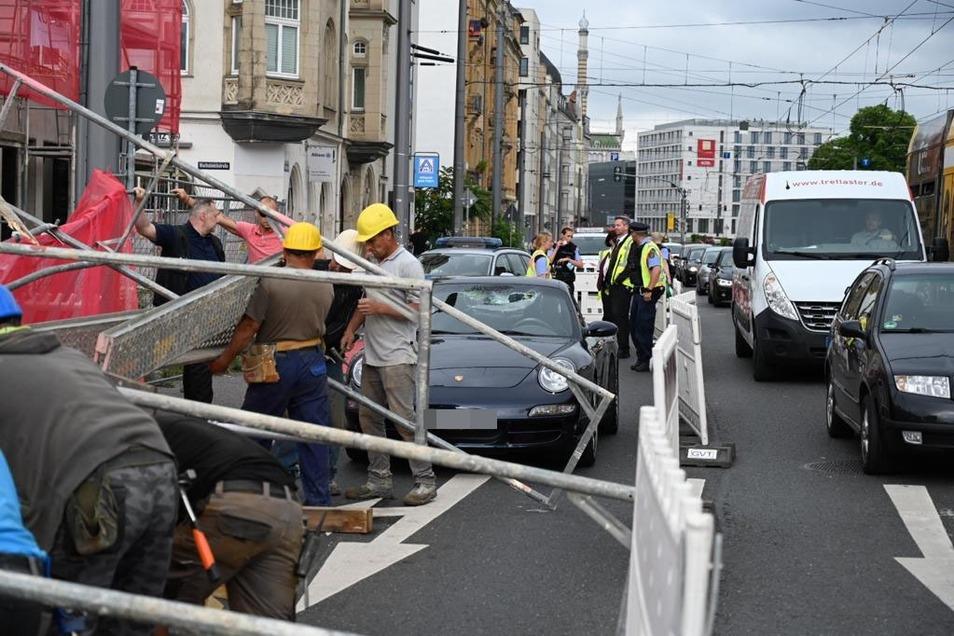 Ein Baugerüst hält dem Sturm in Dresden nicht Stand und kracht auf mehrere Autos.