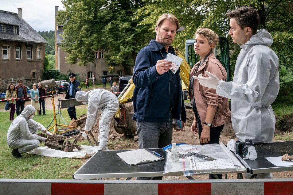 Leichenfund bei Burg Hartenstein: Während zwei KTU-Beamte die Leiche bergen, unterrichtet Maik (Adrian Topol, r.) die Kommissare Winkler (Kai Scheve), und Szabo (Lara Mandoki) über den Fund.