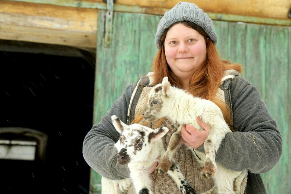Ina Winkler mit ihren Lämmern Olaf und Oskar.