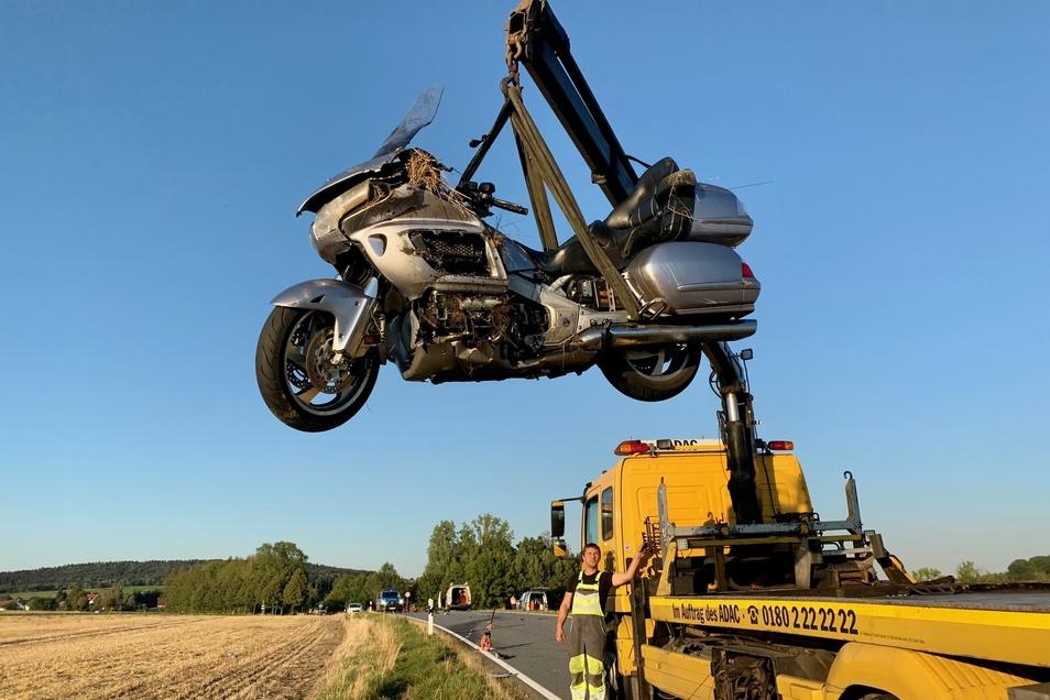 Das Motorrad wird mit einem Spezialfahrzeug geborgen.