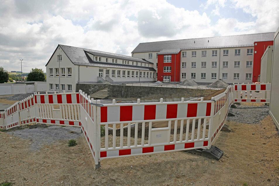 Hinter der Großröhrsdorfer Oberschule wird derzeit der Schulhof neu gestaltet.