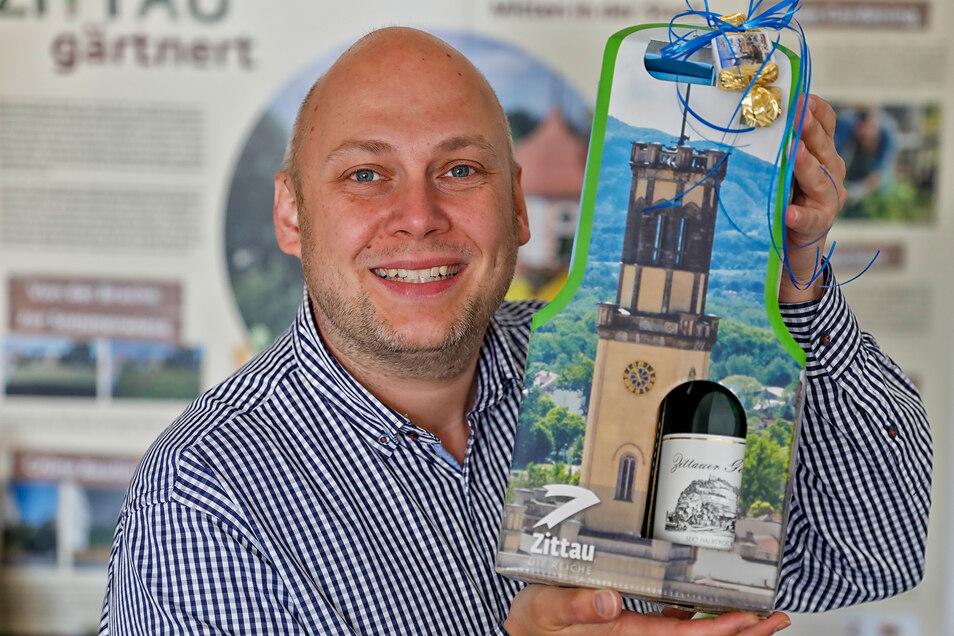 Zittaus Citymanager Stephan Eichner zeigt die Geschenktüte, die ab sofort erhältlich ist.