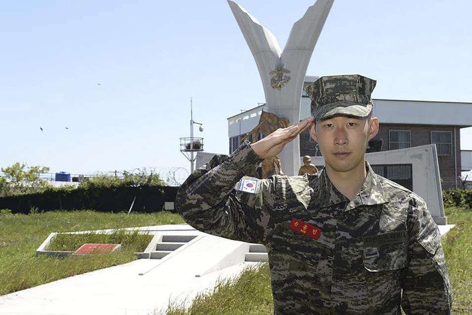 Tottenham Hotspur-Stürmer Son Heung-min salutiert in einem Bootcamp des Marinekorps in Seogwipo auf der Insel Jeju in Südkorea.