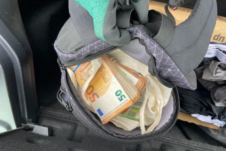 Unauffälliger Rucksack, aber verdächtig schwer: Hier drin tauchte unter Kleidung das Geld in einem separaten Stoffbeutel auf.