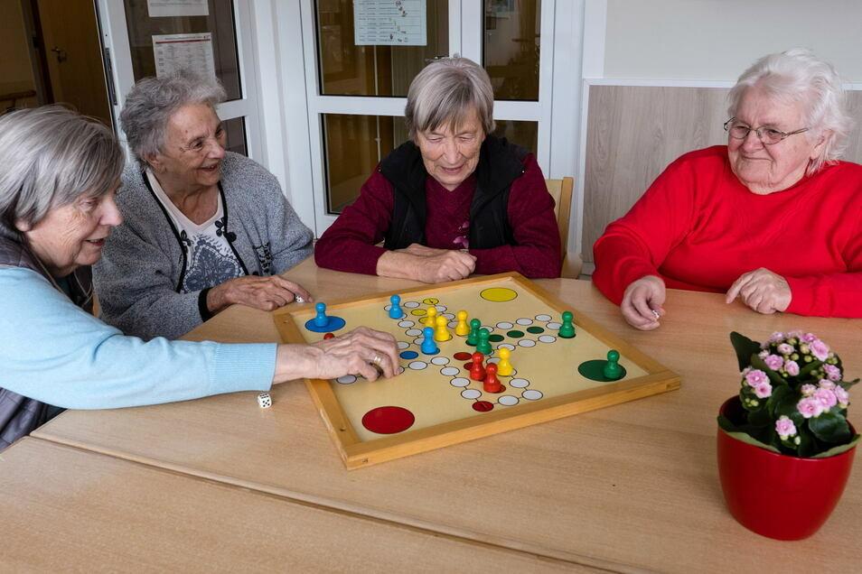 Von links: Anita Heise, Edith Winkler, Waltraud Weigelt und Ursula Markert leben im DRK-Altenpflegeheim in Görlitz-Königshufen.