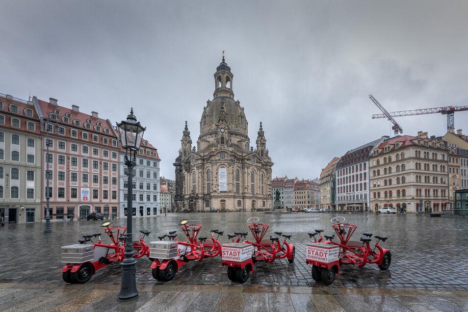 Der menschenleere Neumarkt mit der Frauenkirche in Dresden.