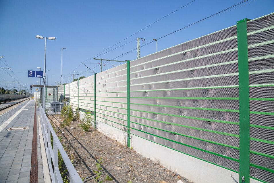 Mit Schottersteinen sind die Schallschutzwände am Bahnhof Niesky beworfen worden. Kein Einzelfall an der Niederschlesien-Magistrale.