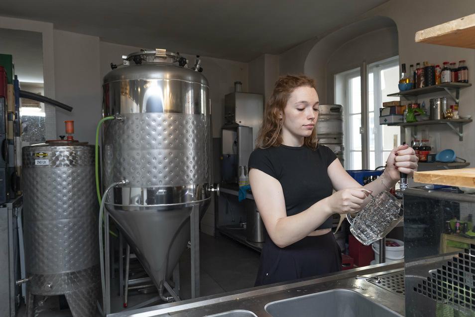 """Tochter Johanna Metzner hilft mit, die Gäste in der """"Bierblume"""" zu bewirten."""