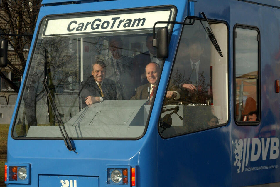 Am 10. Februar 2002 steuerte der damalige Ministerpräsident Georg Milbradt (CDU) die Güterstraßenbahn bei ihrer ersten Fahrt. An seiner Seite der damalige Oberbürgermeister Ingolf Roßberg (FDP).