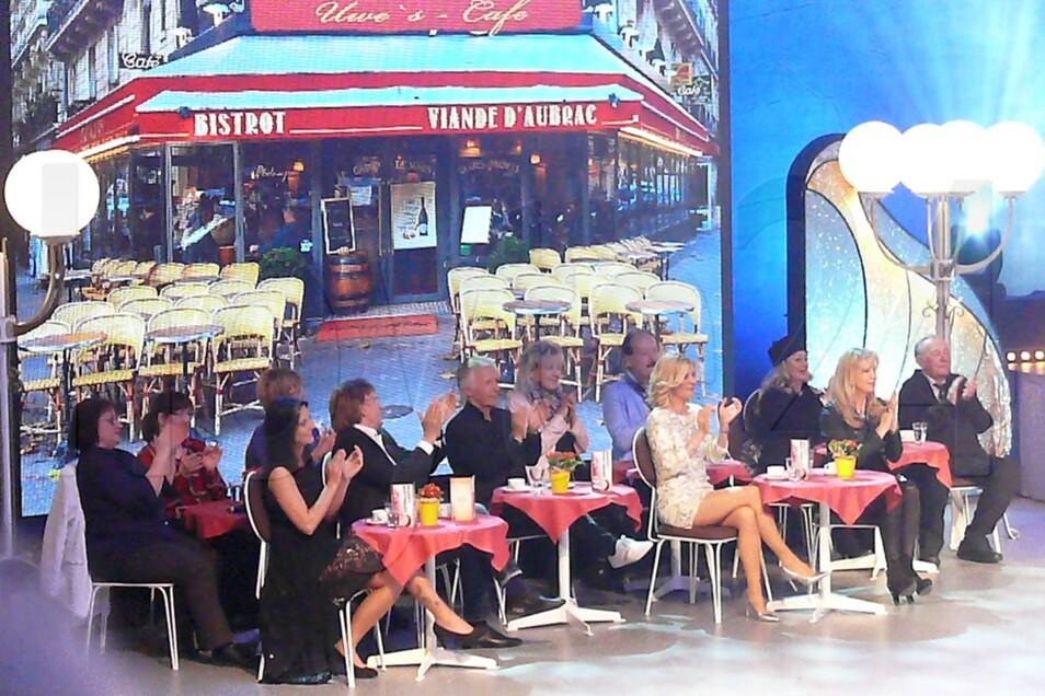 """Vor """"Uwes Cafe"""" verfolgten die Künstler die Auftritte der Kollegen."""