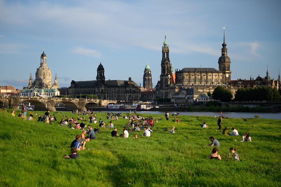 Am Wochenende genossen die Menschen in Dresden bis in den Abend das Sommerwetter.