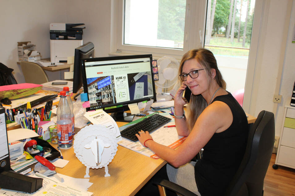 """Tina Götze ist eine Ansprechpartnerin vom Projektbüro """"Kube42"""". Die letzten Vorbereitungen für die Teilnahme am 6. Städtewettkampf laufen auf Hochtouren. Auch Anmeldungern für den Kinderflohmarkt am Samstag nimmt sie entgegen."""