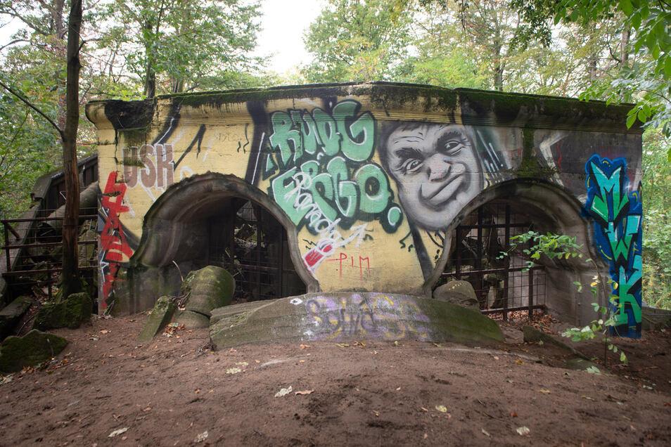 Der alte Sockel des Wolfshügelturms ist heute ringsum mit Graffiti besprüht.