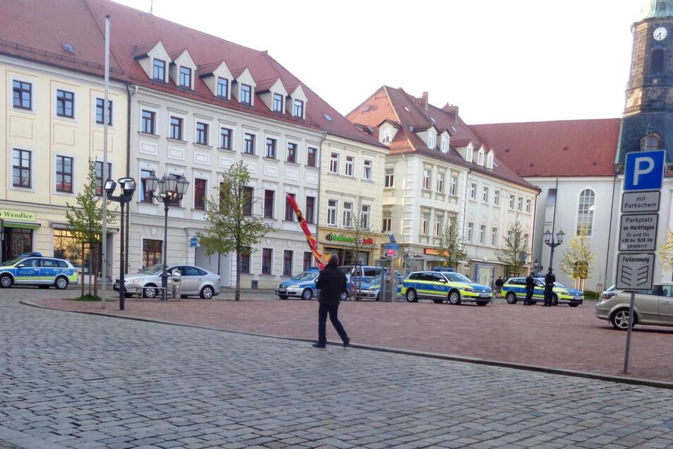 """Mit einzelner Fahne lief in Großenhain am Montagabend ein """"Sternengucker"""" über den Hauptmarkt. Gut 70 Menschen hatten sich nach einem Aufruf im Internet dort eingefunden."""